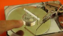 废旧的电脑硬盘你别扔,用它的驱动器可以做一个电磁发动机