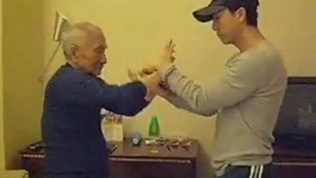 甄子丹和叶问之子叶准师父切磋武艺,如此高龄功力不减当年啊