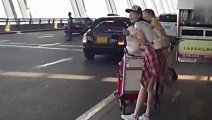 屌丝没事拍富豪泡妞,没想到竟然拍到自己的女朋友上了富豪的车