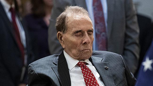 泪目! 95岁的美国前参议员从轮椅上站起来向二战英雄老布什敬礼!