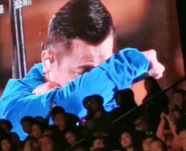 刘德华在台上哭着终止演唱会, 台下的女儿也跟着哭起来了