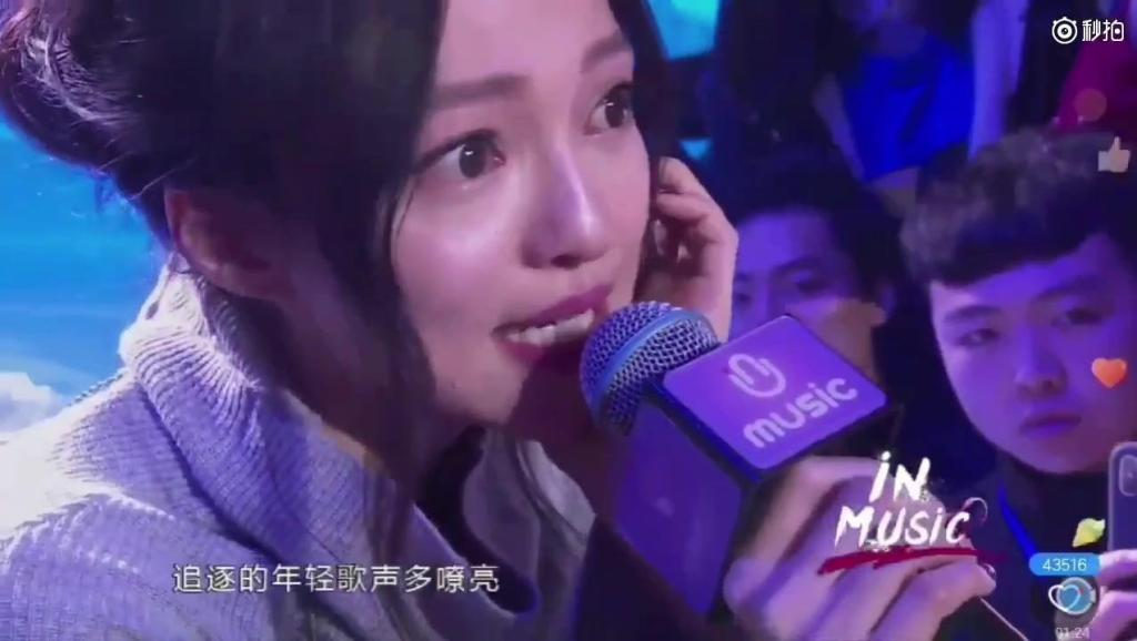 张含韵生日会视频曝光,坐在粉丝旁边边哭边唱《隐形的翅膀》