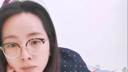 央视美女主持李思思罕见戴眼镜, 素颜几乎认不出, 五官仍精致