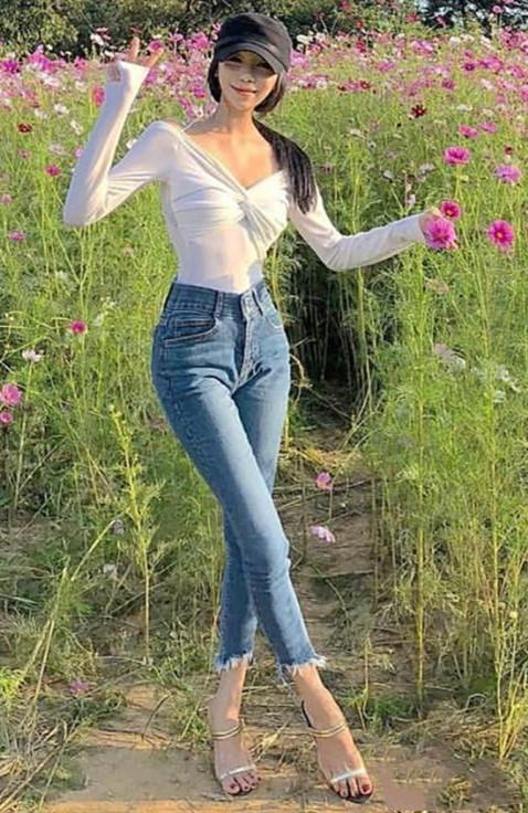 姑娘穿着牛仔裤, 时尚又漂亮, 真是人比花娇