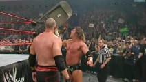 HHH击倒战神高柏砸铁椅庆祝,被凯恩误会: 你是想打我?