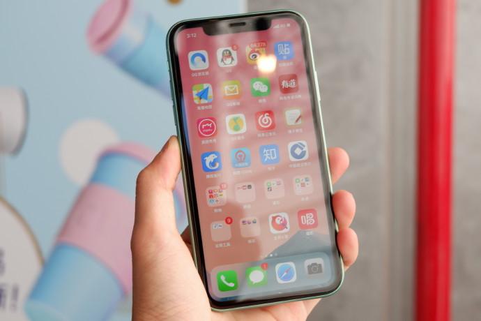 明年苹果也不用LCD了,三部新iPhone全部用AMOLED,都支持5G