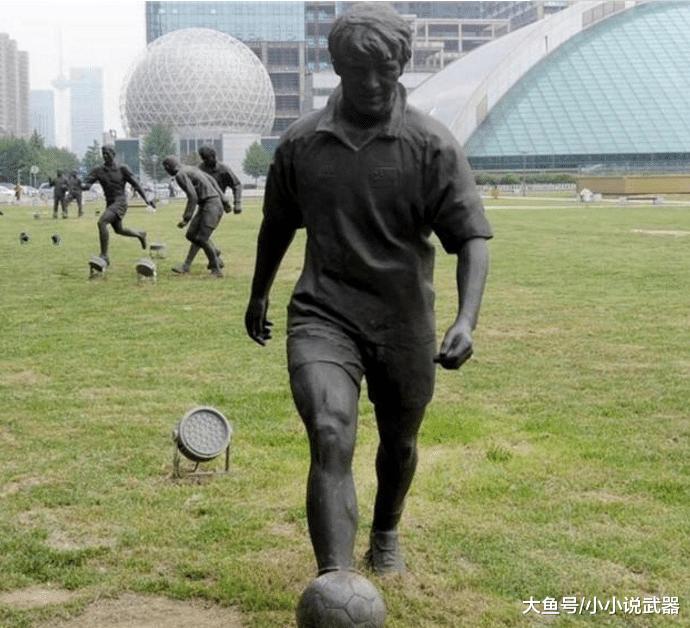 """赵本山""""雕像""""已残破不堪, 景区无人问津, 网友质问: 活人能立像?"""