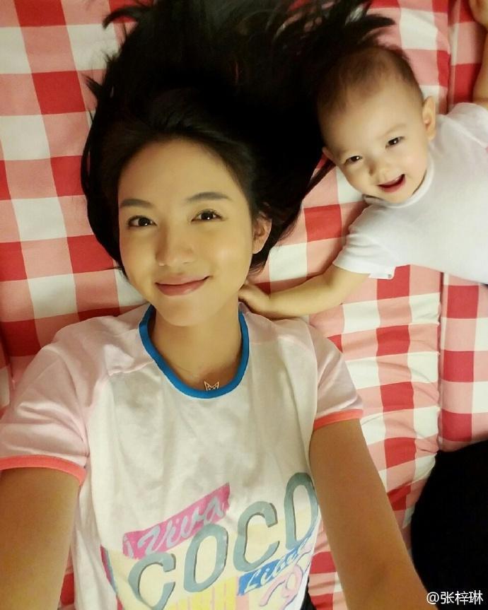 张梓琳晒女儿赖床萌照, 小胖妹炸毛发型亮了