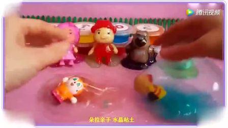 宝宝和小婴儿洗彩球浴, 很高兴