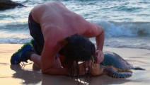 贝爷的孤岛求生: 破渔网捕到一只海龟,给它做人工呼吸才救活!