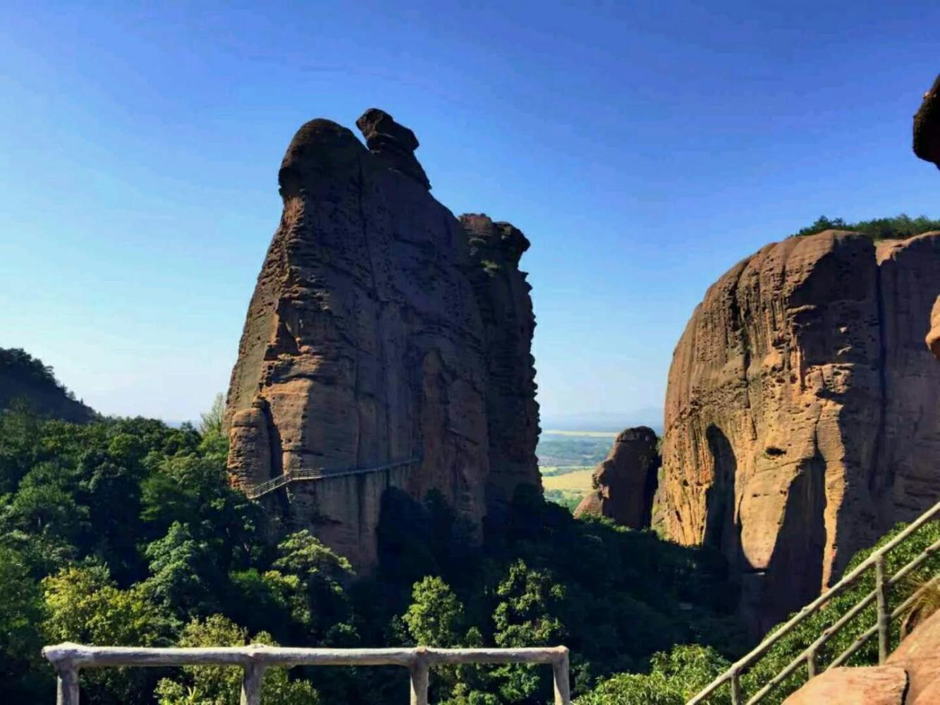 风景秀丽,悬崖峭壁,多姿多彩,龟峰 又称圭峰,是地质公园龙虎山—龟峰