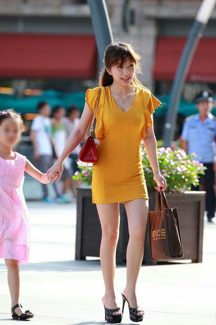 街拍: 美丽辣妈时尚年轻, 眼里满满的母爱 2