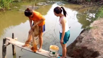 柬埔寨美女撒网捉鱼,收到了大家伙