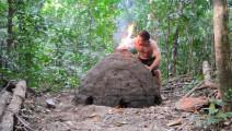 荒野求生: 牛人直播原始火炕烧炭,一天下来木炭收获可观!