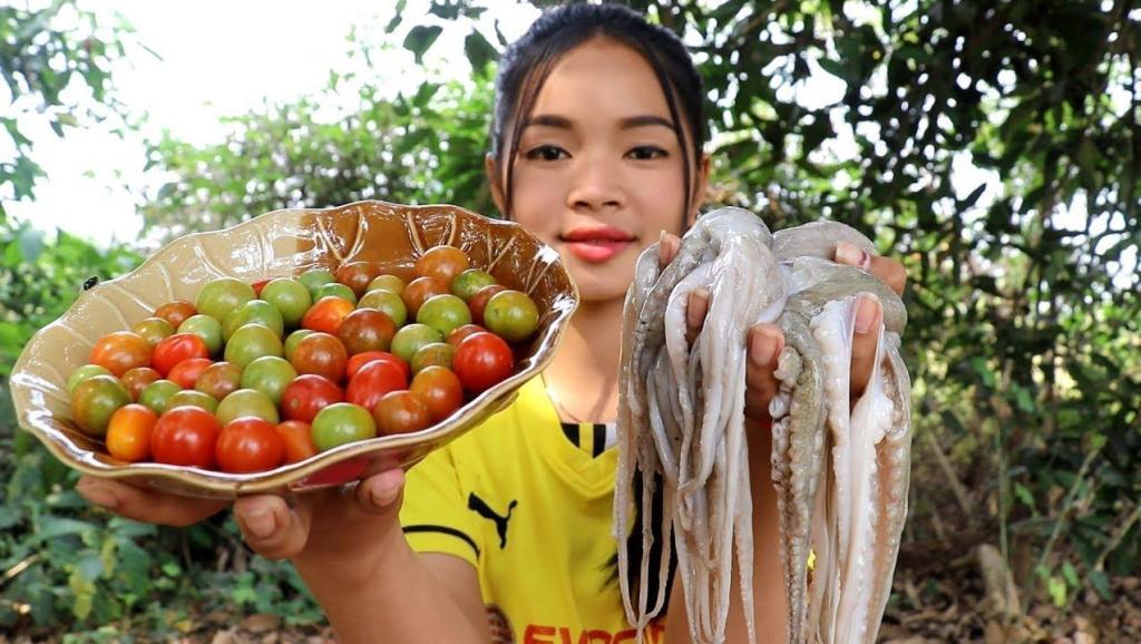 柬埔寨农村女子,拿来6条章鱼,一盘小西红柿,看看她是什么吃法章鱼