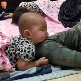 让爸爸带小孩, 结果妈妈进门看到这一幕, 心都融化了!
