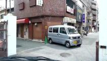 日本的老司机!倒车撞门后,一踩油门就跑了