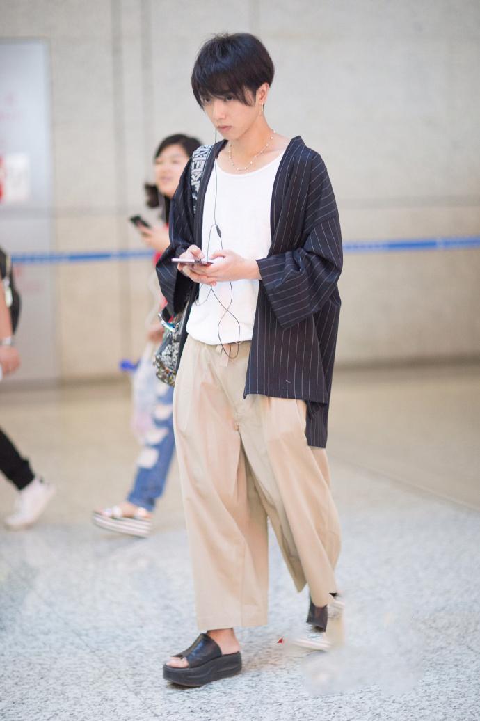 华晨宇最新机场秀终于不戴口罩了! 可是脚底所穿的拖鞋是什么鬼?