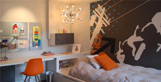 亮点:孔雀背景墙 欧式留声机 电视背景墙的手绘孔雀图就是整个空间最