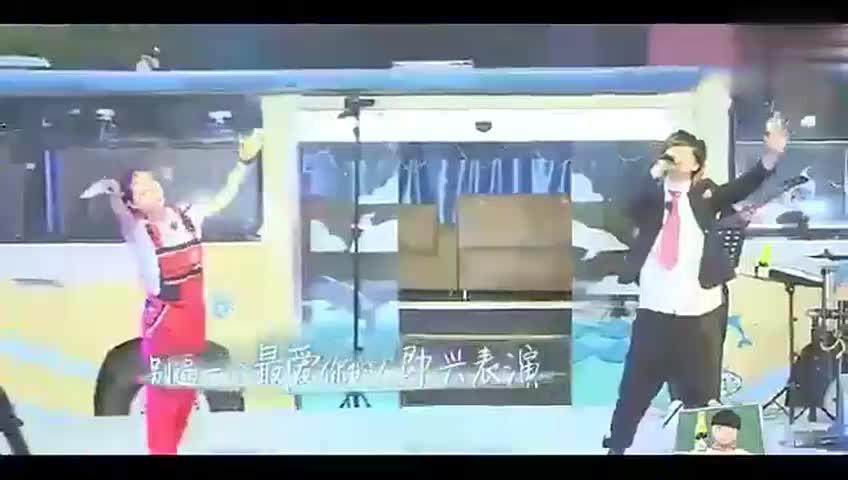 薛之谦在高校唱《演员》这首歌,鹿晗变身迷弟,台下挥手!