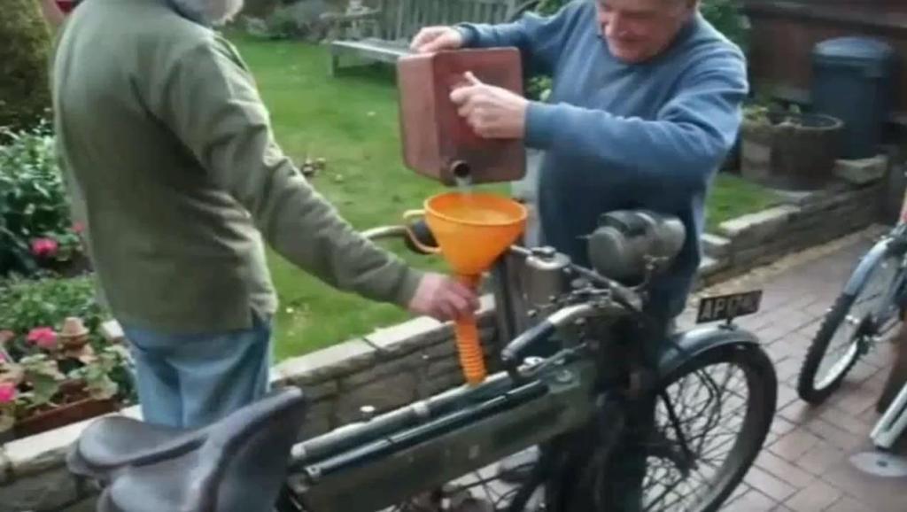 农民把自行车改装成摩托车,用脚一蹬发动机就启动了,太牛了