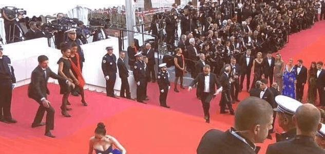 泰国女星走戛纳红毯, 自带工作人员拉裙子, 网友: 比摔倒还尴尬