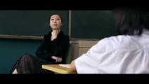 老师假装咳嗽,小明的同学说的话让老师无言以对!