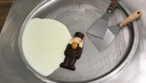 看用料就知道,这份巧克力杏仁炒酸奶冰激凌,一定很好吃