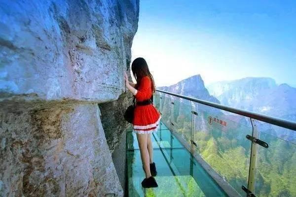 云台山玻璃栈道位于云台山茱萸峰凤凰岭景点