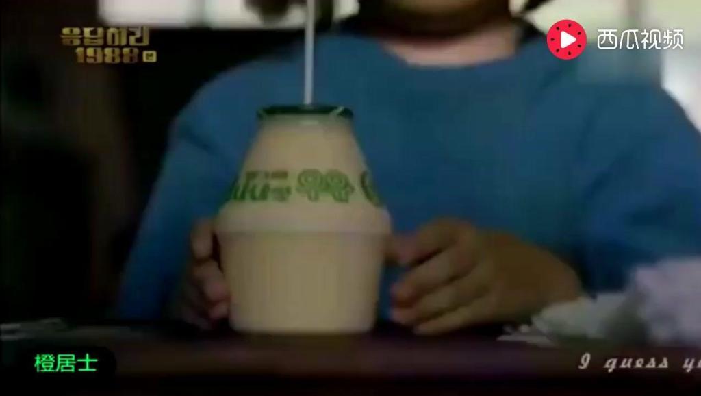 """打开 打开 《请回答1988》中看""""双门洞团宠""""珍珠吃着超大号零食的"""