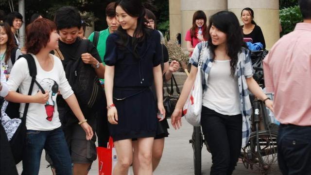 王艳年轻时太美, 淡妆出镜依旧出挑, 穿一袭蓝裙在人群中白得发光