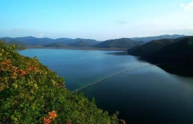 莲花湖风景区以森林,湖泊,岛屿和峰崖石壁为主体景观,景区内有三大