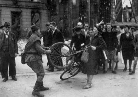 二战结束后, 大约300多万德国妇女被苏军侵犯