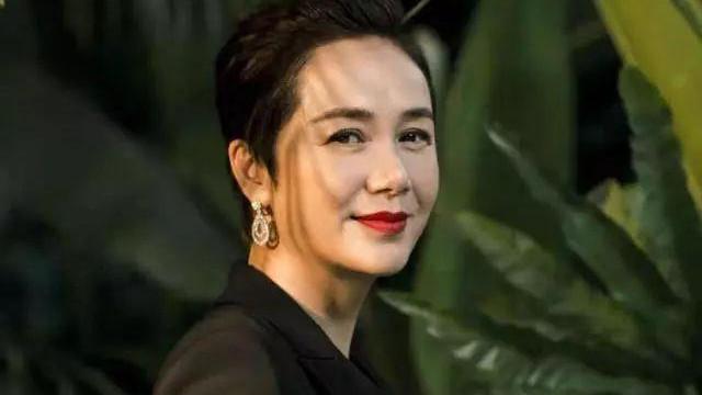 50歲霸氣女人蔣雯麗, 奪完視後又當評委, 讓才華做愛情的奴隸