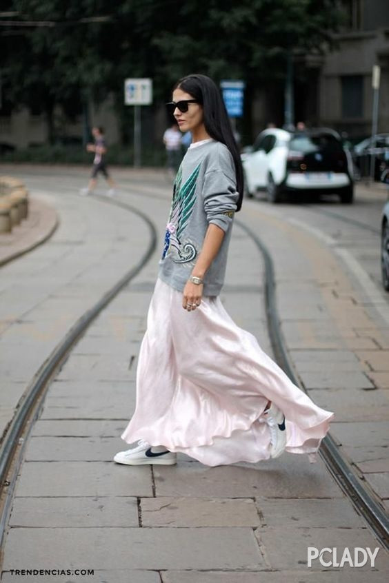 站立女生手绘纱裙