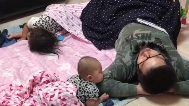 让爸爸带小孩,结果妈妈进门看到这一幕,心都融化了!