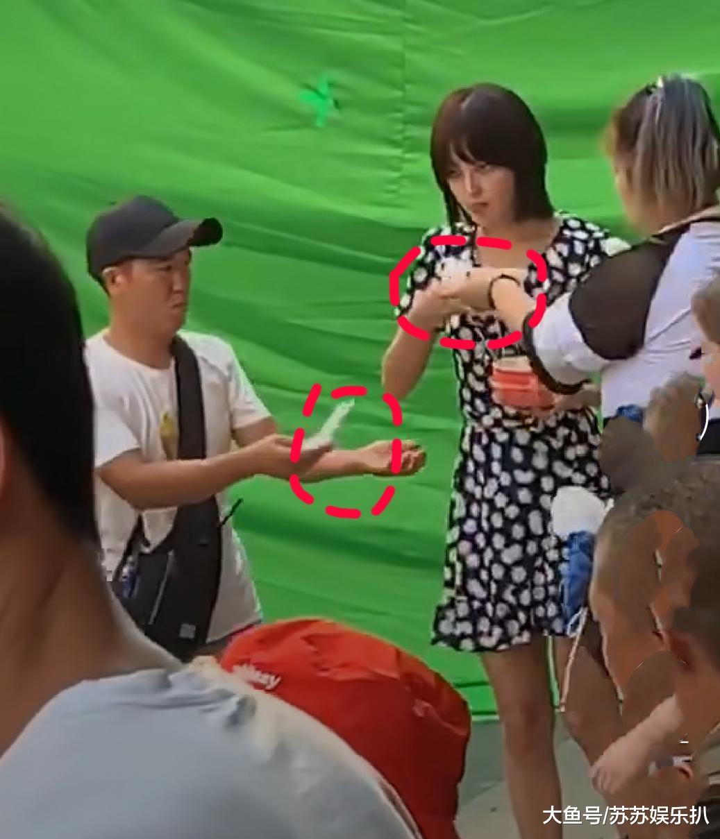 导演刚喊咔 她立马吐了出来了 偶遇辛芷蕾拍戏吃路边摊