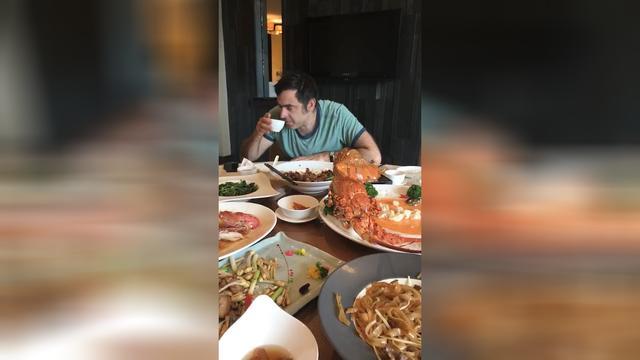 丁俊晖跟奥沙利文一起吃饭,桌子上的龙虾好大啊