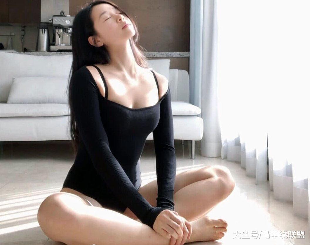 女子把练瑜伽当作一种享受, 坚持了5年, 身体柔韧性非常好!
