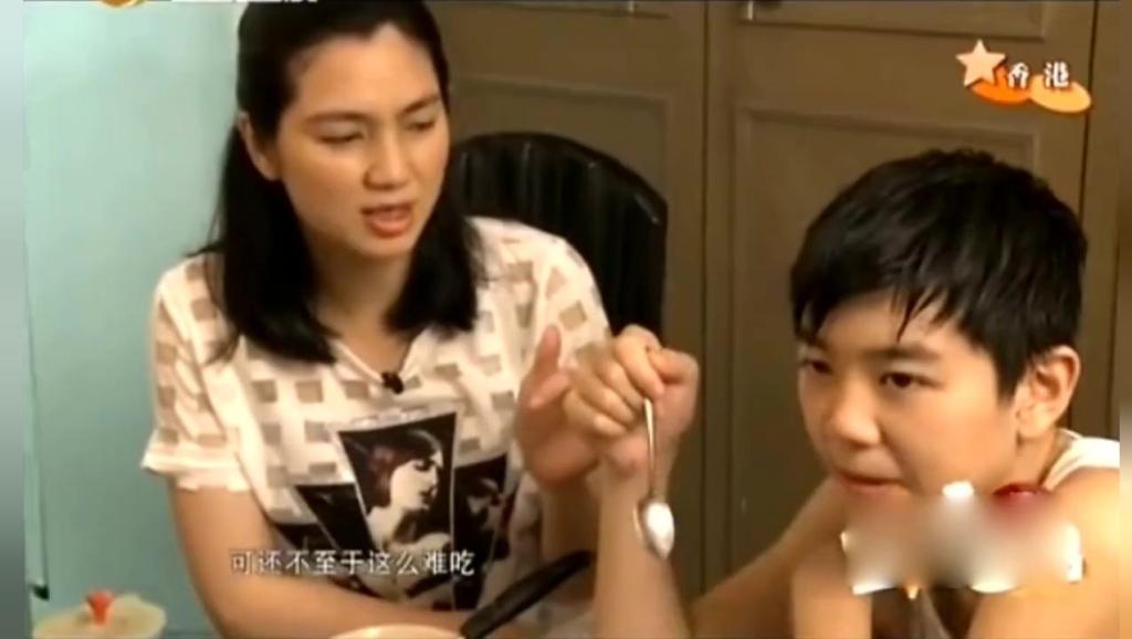 张丹峰外拍,洪欣和儿子给彤彤做辅食,儿子皱着眉头嫌难吃