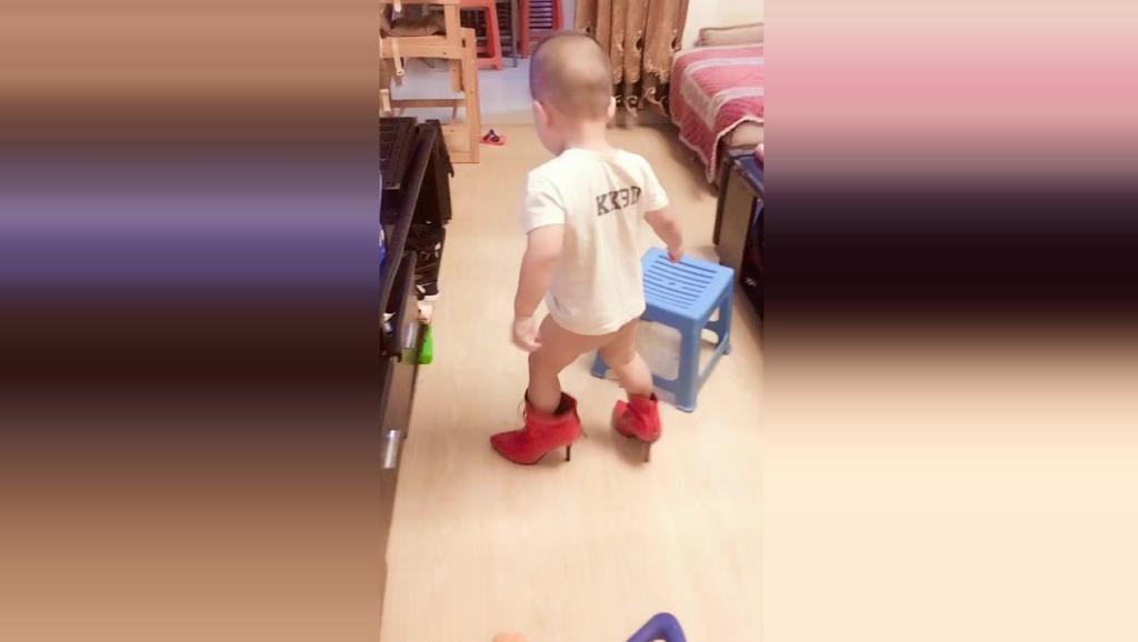 小胖墩偷偷穿妈妈的红色高跟鞋,接下来小胖墩的反应太可爱了!