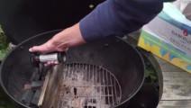 这烤肉在烤架上慢慢的流下肥油,一刀下去,口水也跟着留下来了