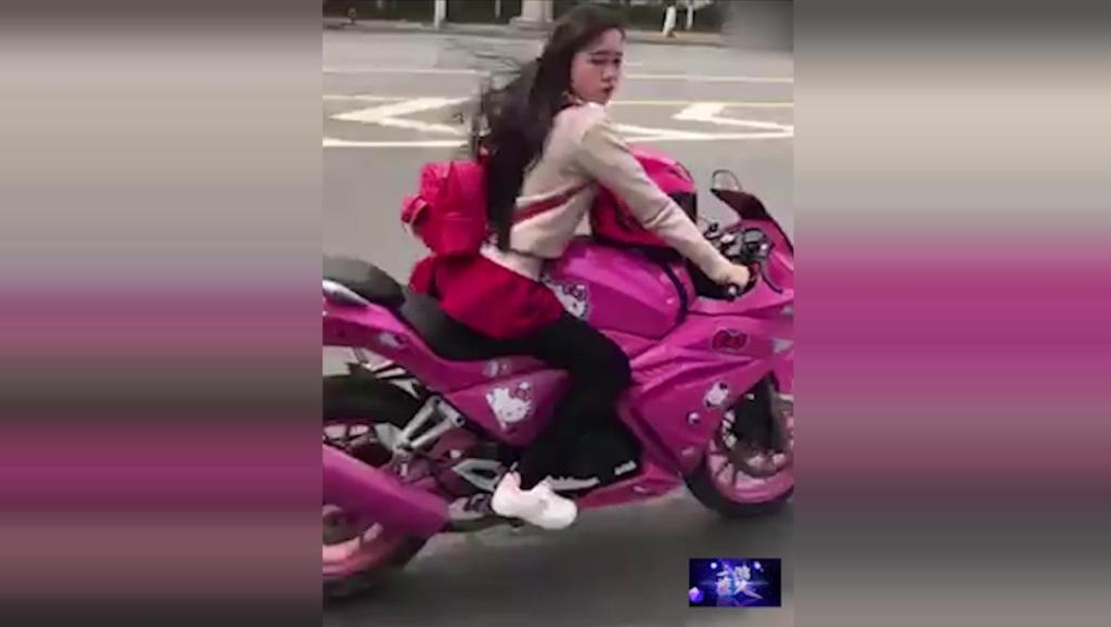 这位小姐姐真是太厉害了,一个人开这么大的摩托车还敢把手拿开