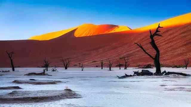 这是一个充满奇迹的世界:古老的沙漠,独特的 红色沙丘,迷幻的海市蜃楼