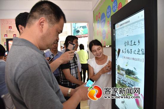 与会人员在安远县鹤子镇农家书屋参观学习.