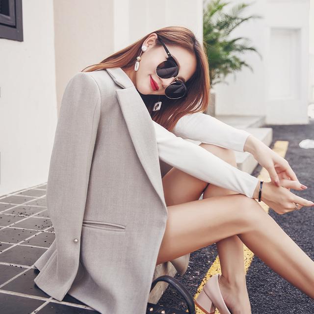小西装半身裙_扔掉一成不变的职业套装, 这个春季小西装随意搭裙配裤很火