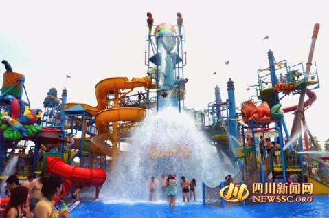 """四川泸州海滩公园避暑: 1.5万人""""煮饺子"""""""
