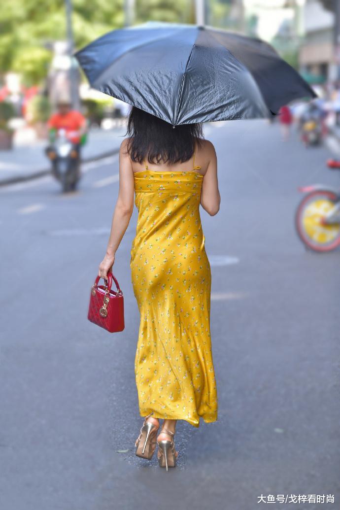 这身蛋黄碎花裙, 真是太扎眼了
