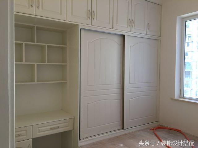 榻榻米房间也很满意,柜子做到顶,一体柜很漂亮,底部是书架和书桌