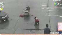 监拍: 女子闯红灯被撞出数米之外,赶来的老公做法更是让人气愤